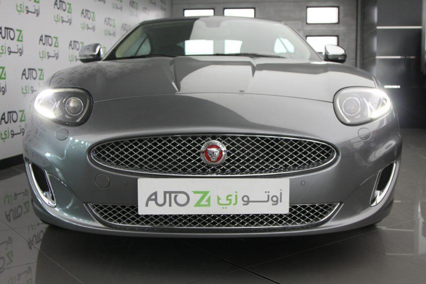 صورة أمامية لسيارة جاغوار XK رصاصي مستعملة من اوتو زي قطر