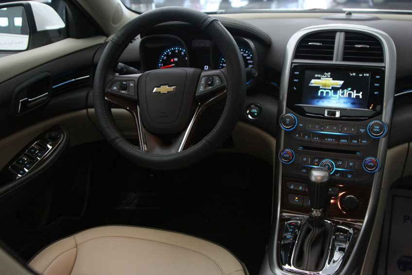 White Chevrolet Malibu LTZ 2015 dashboard