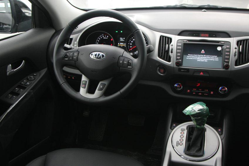 المقصورة الأمامية لسيارة كيا سبورتاج سوداء جديدة من اوتو زي قطر