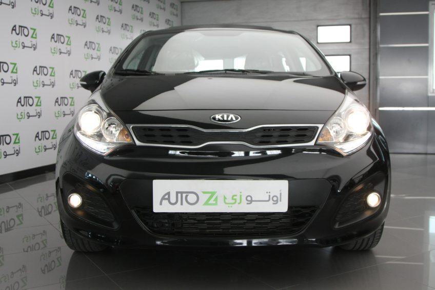 صورة أمامية لسيارة كيا ريو سوداء جديدة من اوتو زي قطر