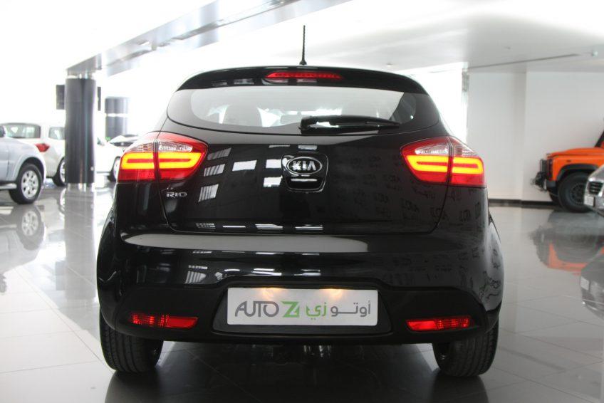 صورة خلفية لسيارة كيا ريو سوداء جديدة من اوتو زي قطر