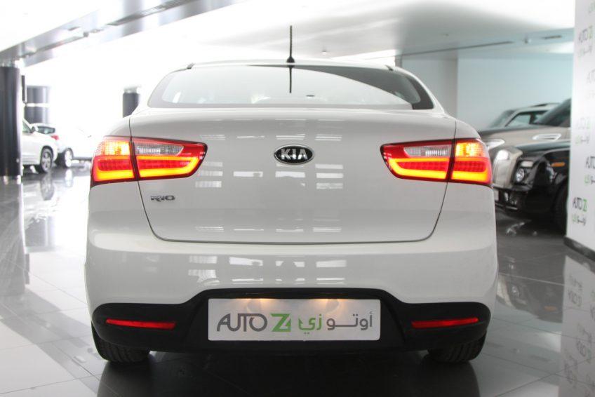 صورة خلفية لسيارة كيا ريو بيضاء جديدة من اوتو زي قطر