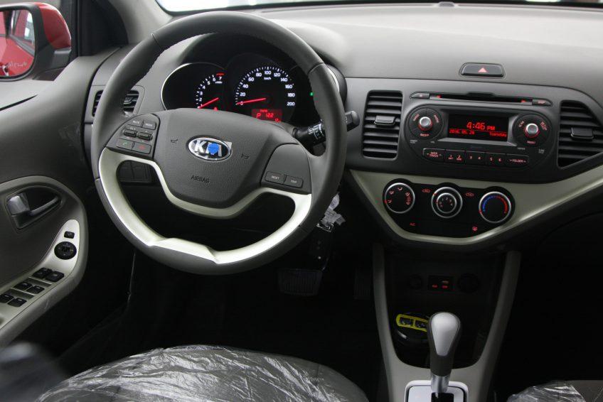 صورة المقصورة الأمامية لسيارة كيا بيكانتو حمراء من اوتو زي قطر