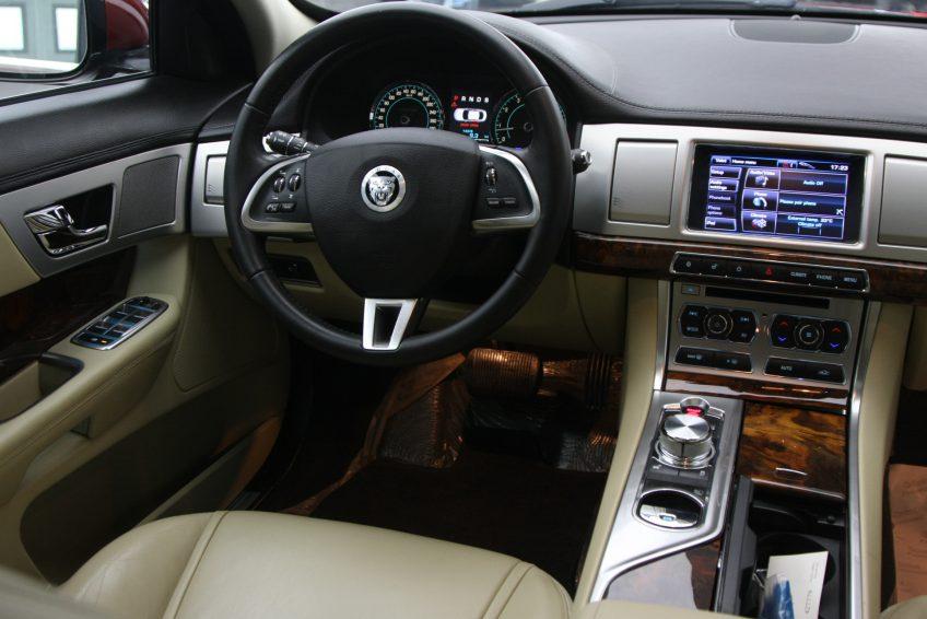 لوحة التحكم لسيارة جاغوار XF من اوتو زي قطر