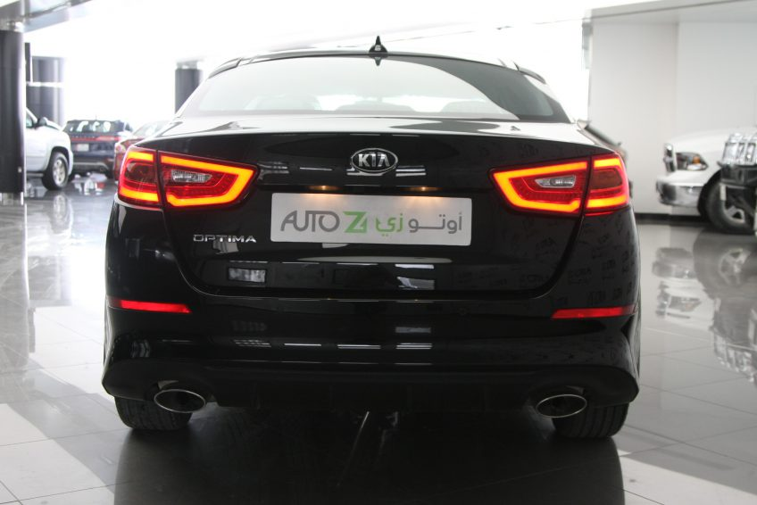 صورة خلفية لسيارة كيا اوبتيما سوداء من اوتو زي قطر