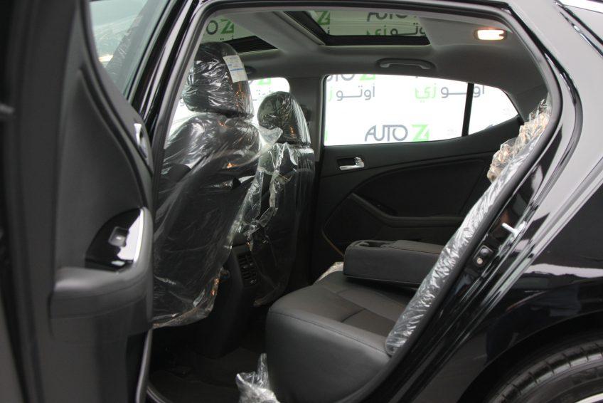 المقاعد الأمامية لسيارة كيا اوبتيما سوداء من اوتو زي قطر