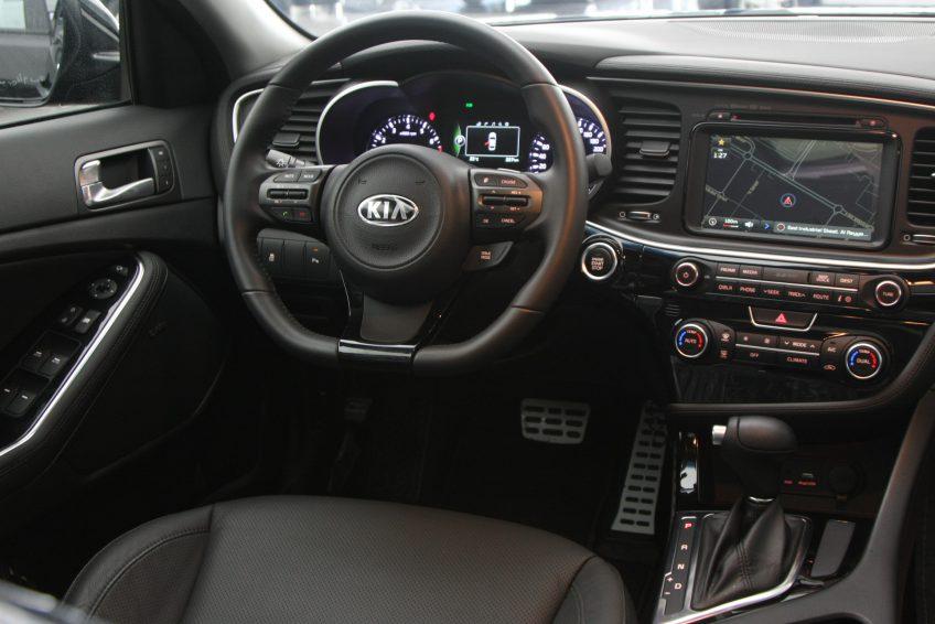 صورة لوحة التحكم سيارة كيا اوبتيما سوداء من اوتو زي قطر