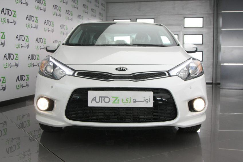 صورة أمامية لسيارة كيا سيراتو كوبيه بيضاء جديدة