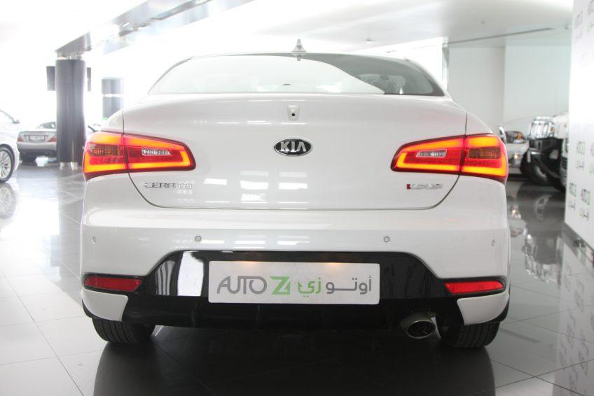 صورة خلفية لسيارة كيا سيراتو كوبيه بيضاء جديدة