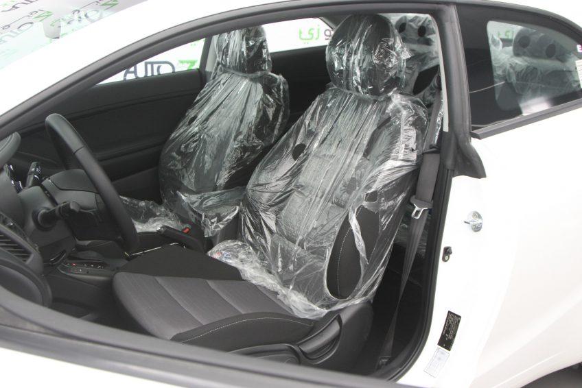 المقاعد الأمامية لسيارة كيا سيراتو كوبيه بيضاء جديدة