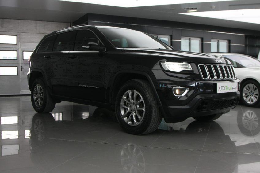 صورة كاملة لسيارة جيب جراند شيروكي لاريدو سوداء جديدة من اوتو زي قطر