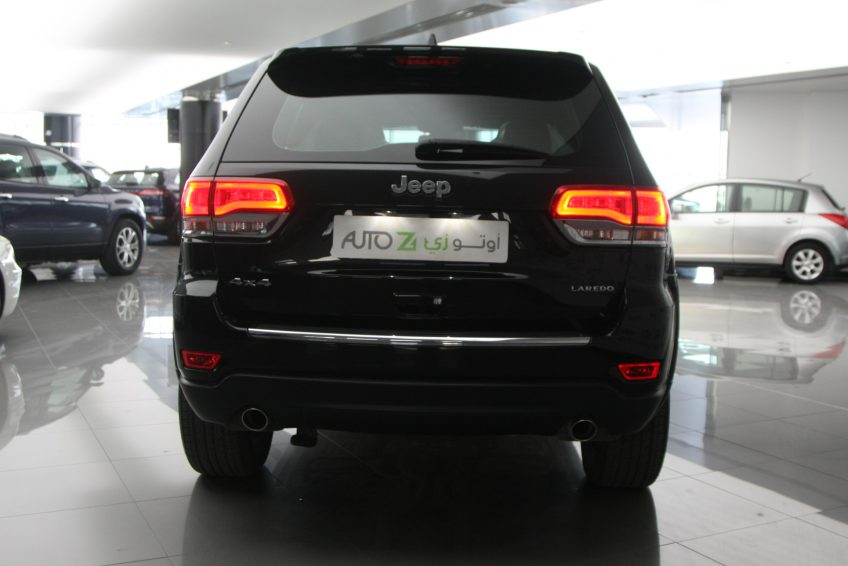 صورة خلفية لسيارة جيب جراند شيروكي لاريدو سوداء جديدة من اوتو زي قطر