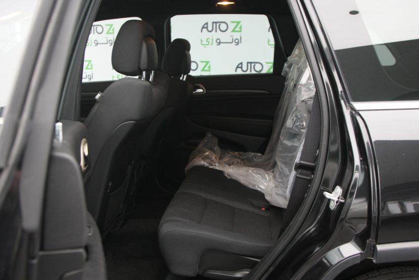 صورة المقاعد الخلفية لسيارة جيب جراند شيروكي لاريدو سوداء جديدة من اوتو زي قطر