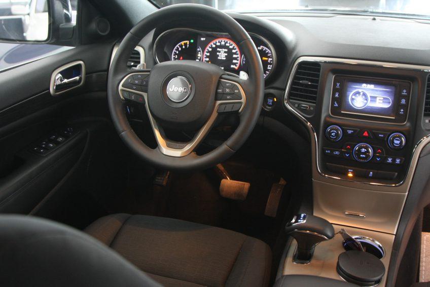 صورة المقصورة الأمامية لسيارة جيب جراند شيروكي لاريدو سوداء جديدة من اوتو زي قطر