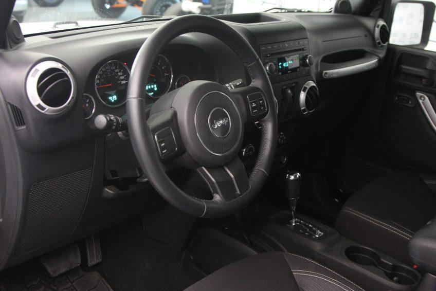 المقصورة الأمامية لسيارة جيب رانجلر سوداء من اوتو زي قطر