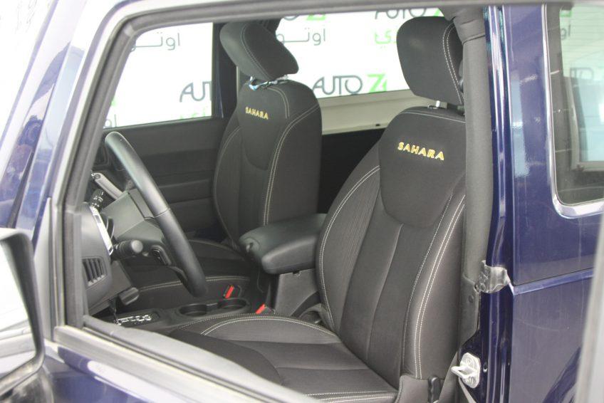 صورة المقاعد الأمامية لسيارة جيب رانجلر سوداء من اوتو زي قطر