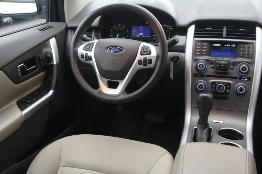 Used White Ford Edge dashboard