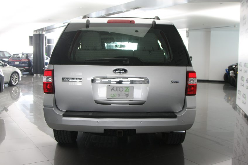Used Ford Expedition V8 from the back