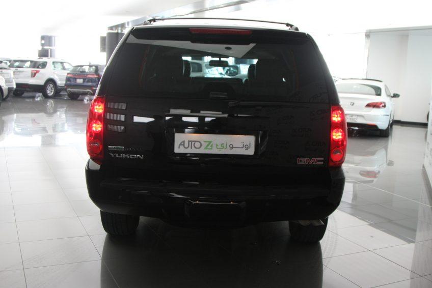 جي ام سي يوكون مستعملة سوداء من الخلف في اوتو زي قطر